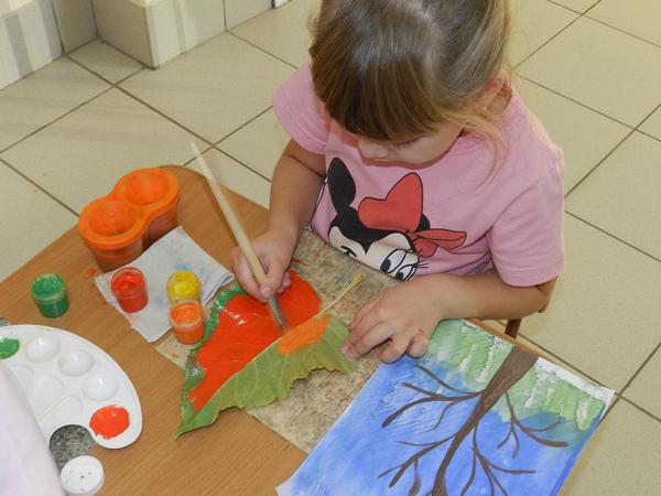 Цель программы - формирование у детей раннего возраста эстетического отношения и художественно-творческих способностей в изобразительной деятельности.